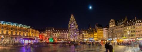 Christmas tree with Christmas market in Strasboкп
